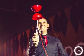 Paul Incredible balancing a diabolo on the stick at Chromos Resteraunt